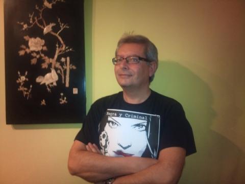 Juan Mari Barasorda, especialista en clásicos policiales, luciendo sus mejores galas