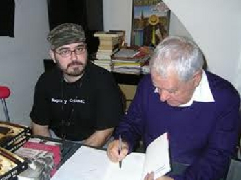 El también llamado Cruce echando un cable en la librería durante una jornada de firmas